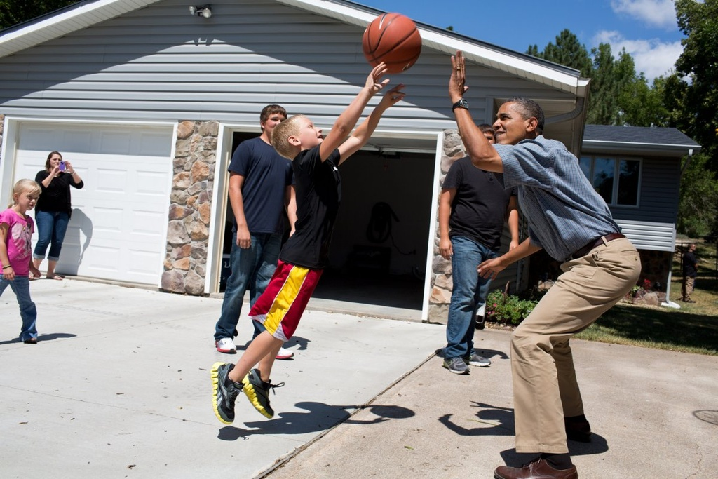Nhung khoanh khac binh di cua Obama voi tre em hinh anh 9