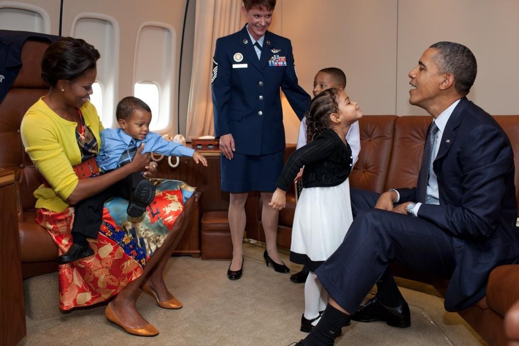 Nhung khoanh khac binh di cua Obama voi tre em hinh anh 13