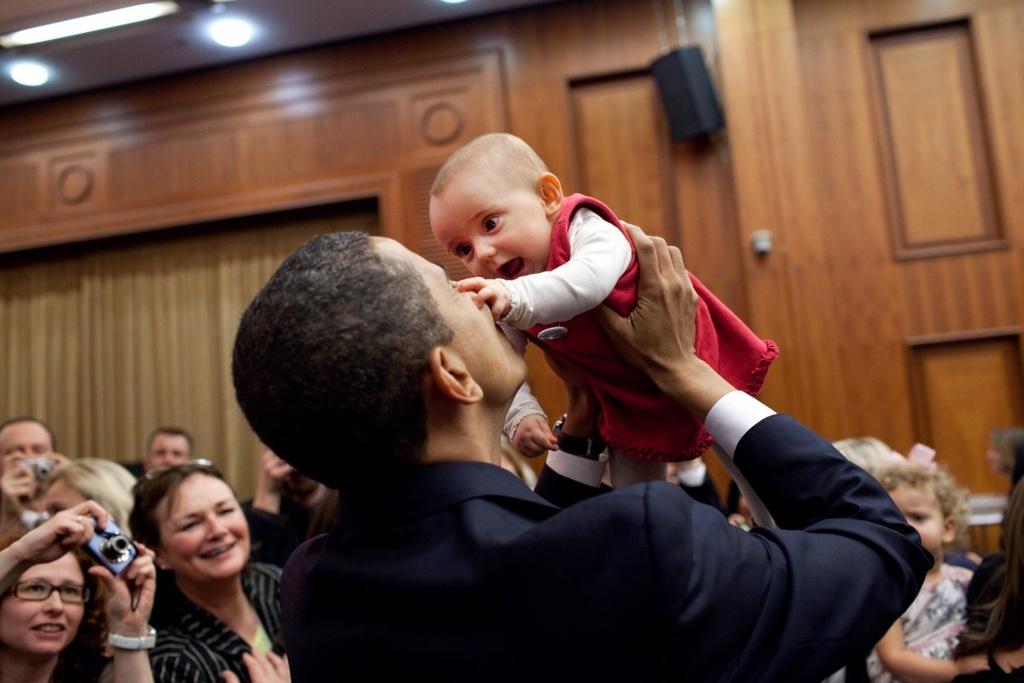 Nhung khoanh khac binh di cua Obama voi tre em hinh anh 8