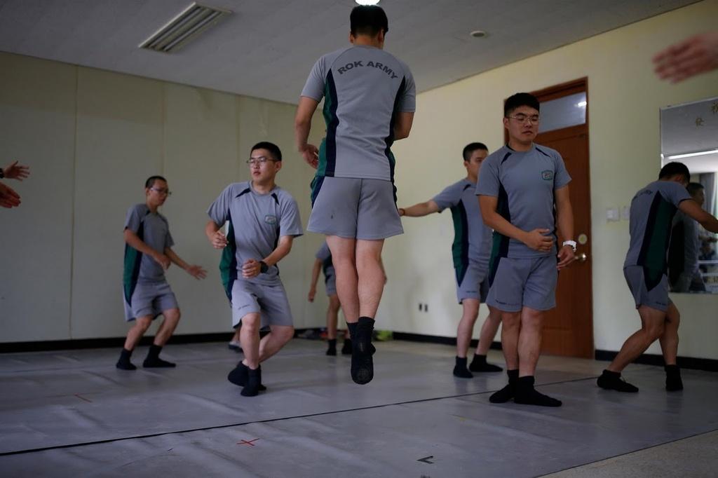 binh si Han Quoc tap ballet anh 6