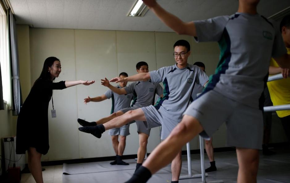 Binh si Han Quoc tap mua ballet de giam cang thang hinh anh 5