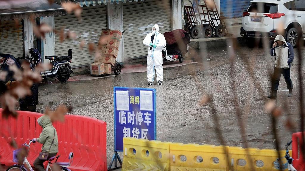 Ben trong phong thi nghiem luu giu hon 1.500 chung virus o Vu Han hinh anh 2 Wuhan_Coronavirus_market_hazmat_1280x720_2.jpg