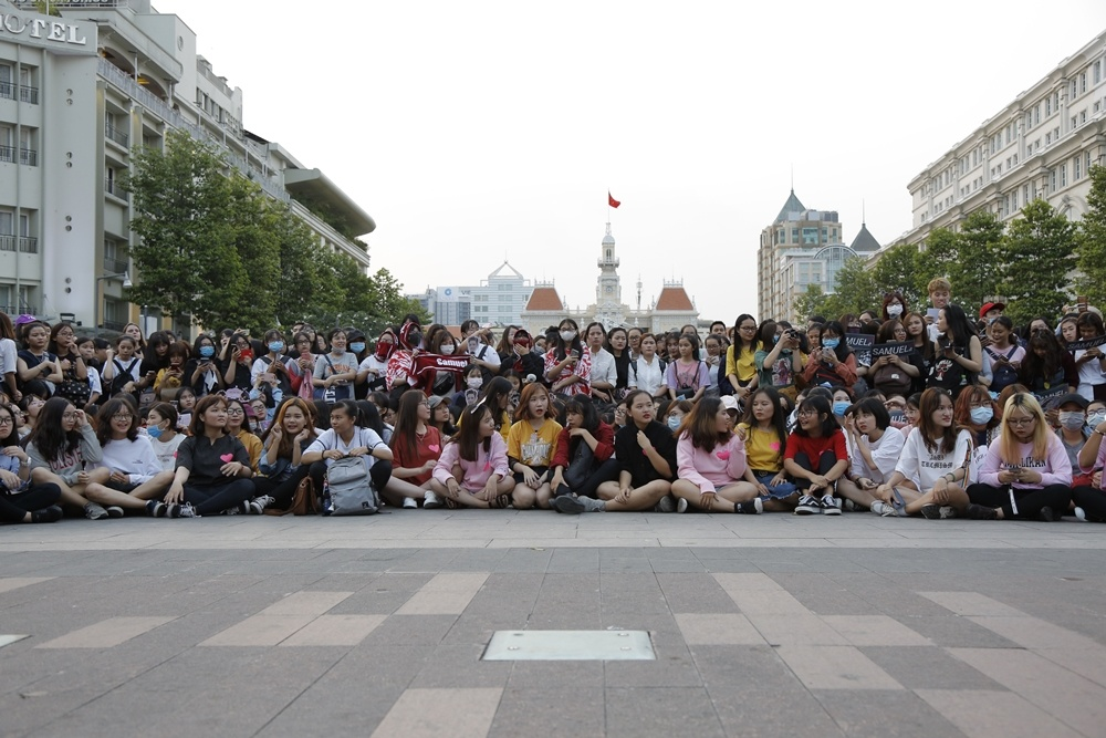 'Hoang tu lai' 16 tuoi Kim Samuel bieu dien o pho di bo Nguyen Hue hinh anh 1