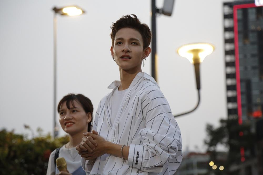 'Hoang tu lai' 16 tuoi Kim Samuel bieu dien o pho di bo Nguyen Hue hinh anh 6
