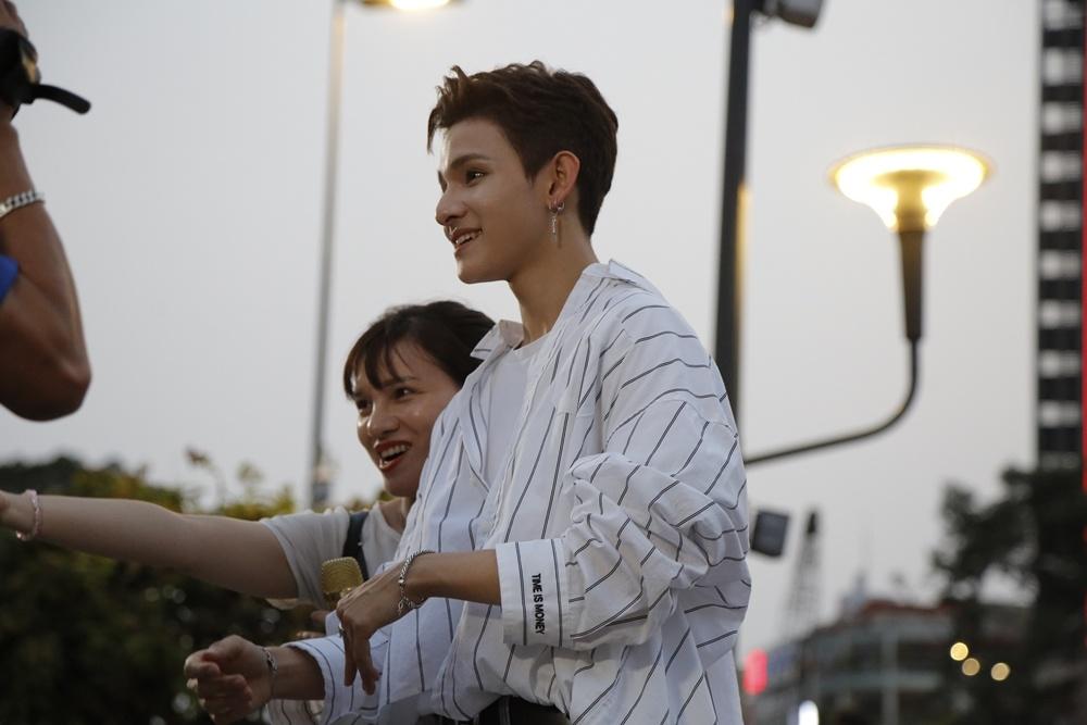 'Hoang tu lai' 16 tuoi Kim Samuel bieu dien o pho di bo Nguyen Hue hinh anh 7