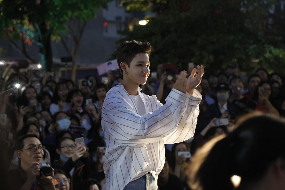 'Hoang tu lai' 16 tuoi Kim Samuel bieu dien o pho di bo Nguyen Hue hinh anh 9