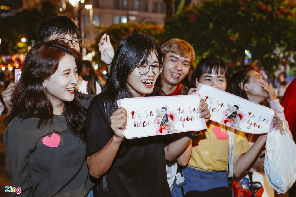 'Hoang tu lai' 16 tuoi Kim Samuel bieu dien o pho di bo Nguyen Hue hinh anh 11