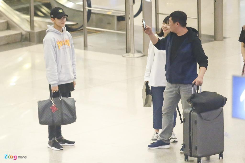 Hang tram fan cho don 'Hoang tu lai' Kim Samuel o Sai Gon trong dem hinh anh 1
