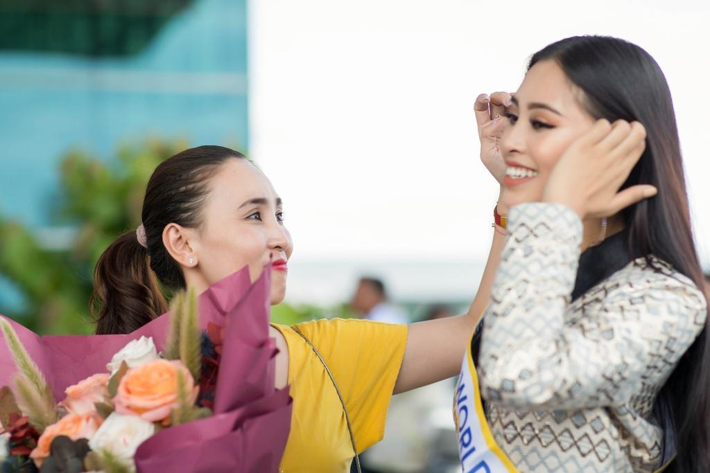 Tieu Vy tiep tuc mac loi trang phuc khi len duong thi Miss World 2018 hinh anh 3