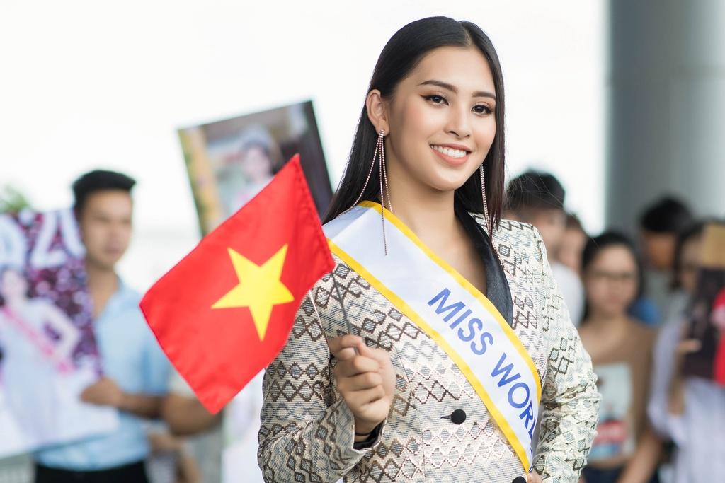 Tieu Vy tiep tuc mac loi trang phuc khi len duong thi Miss World 2018 hinh anh 4