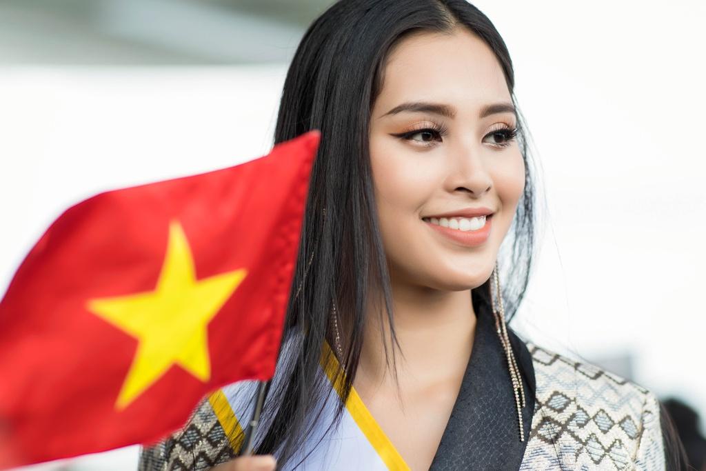 Tieu Vy tiep tuc mac loi trang phuc khi len duong thi Miss World 2018 hinh anh 1