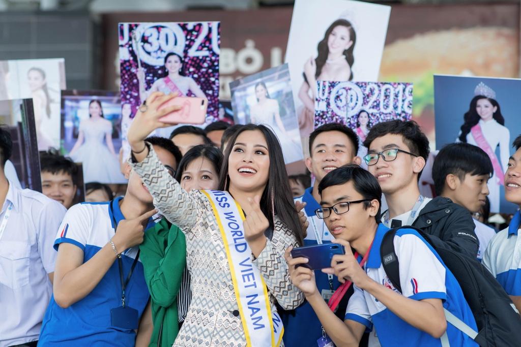 Tieu Vy tiep tuc mac loi trang phuc khi len duong thi Miss World 2018 hinh anh 7