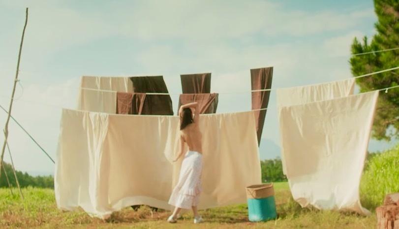 Cựu hot girl Hà Thành không ngần ngại cởi áo, bán nude liên tục trong suốt chiều dài MV