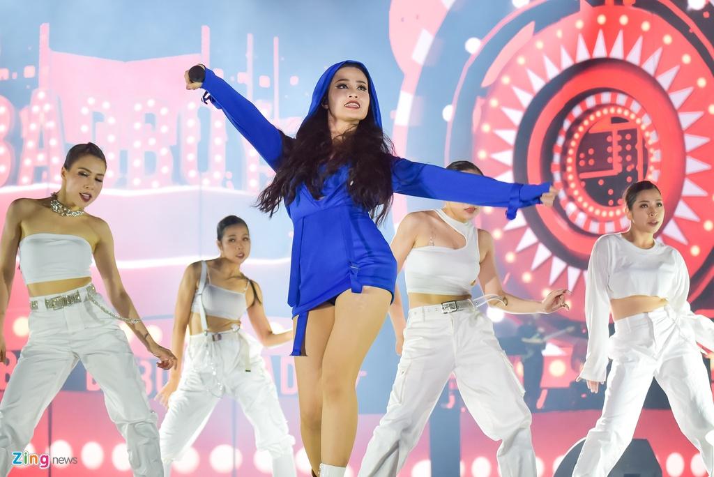 Dong Nhi hoa nguoi ngoai hanh tinh den hinh tuong quyen ru o live show hinh anh 12