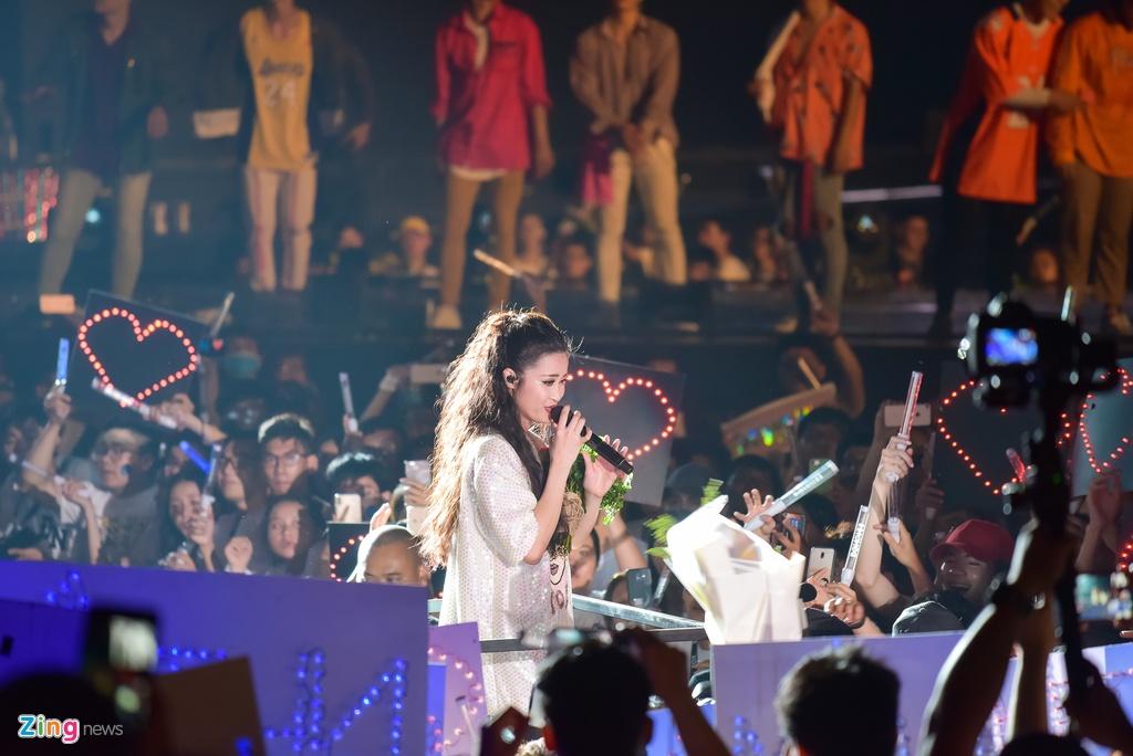 Dong Nhi hoa nguoi ngoai hanh tinh den hinh tuong quyen ru o live show hinh anh 15