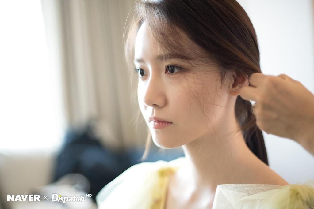 Hau truong trang diem, lam toc cua Yoona truoc khi len tham do hinh anh 1