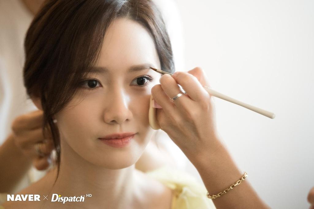 Hau truong trang diem, lam toc cua Yoona truoc khi len tham do hinh anh 2