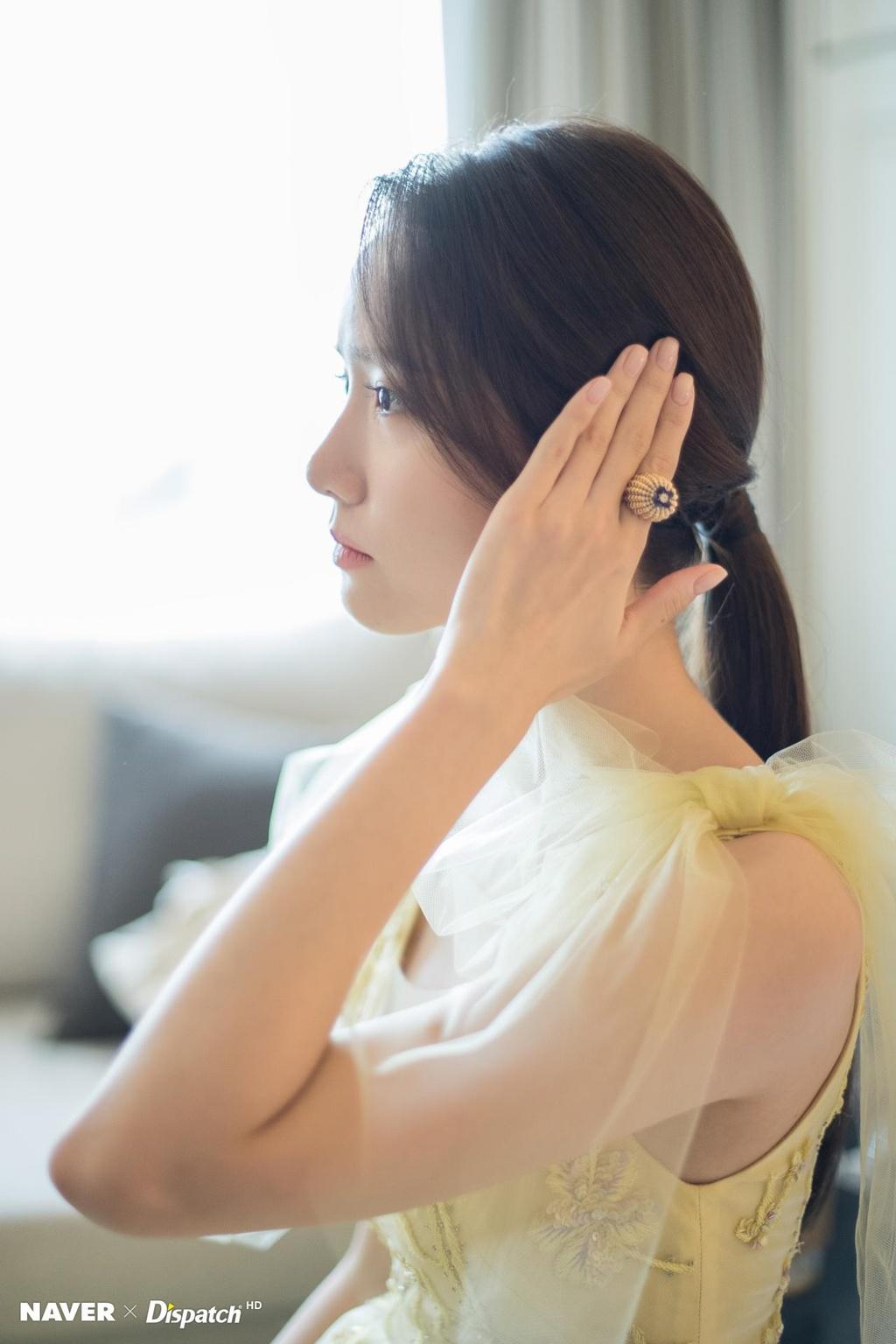 Hau truong trang diem, lam toc cua Yoona truoc khi len tham do hinh anh 6