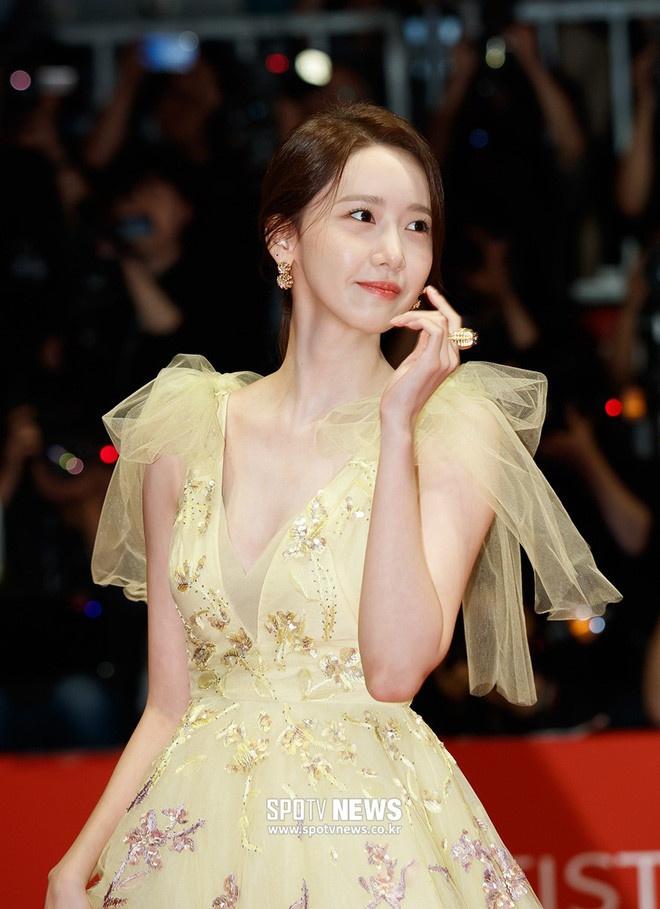 Hau truong trang diem, lam toc cua Yoona truoc khi len tham do hinh anh 9