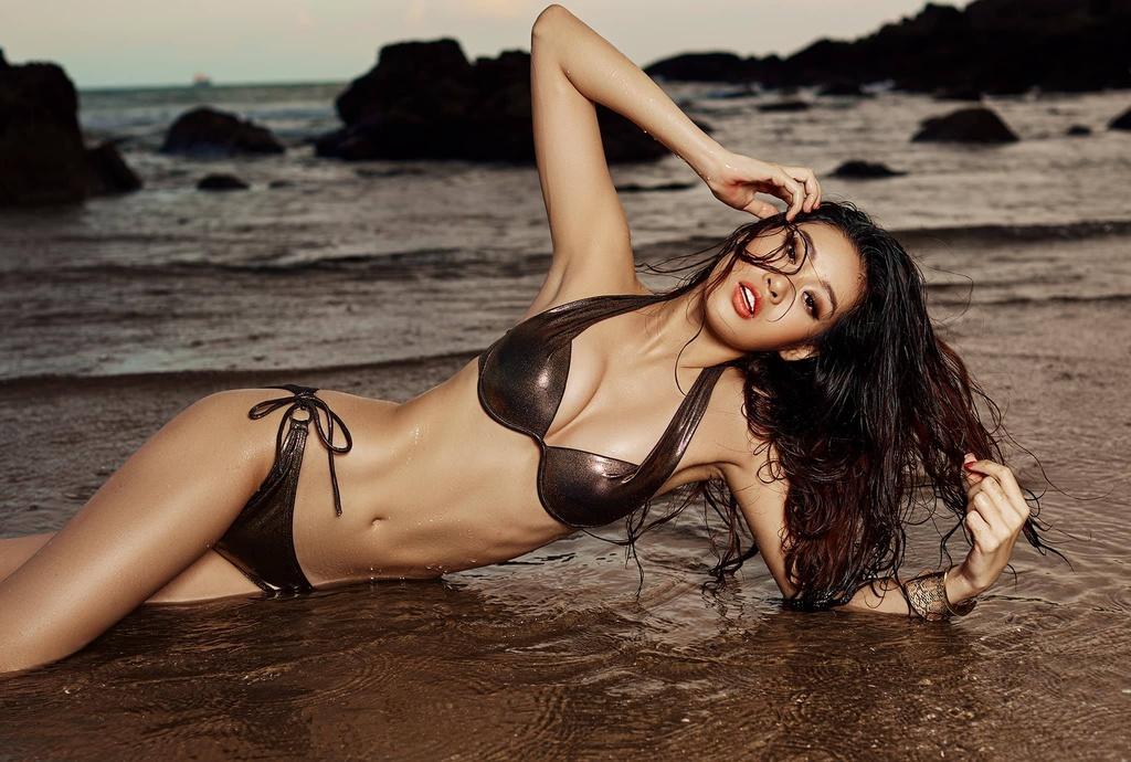Hoa hau Khanh Van khoe dang goi cam voi bikini hinh anh 2