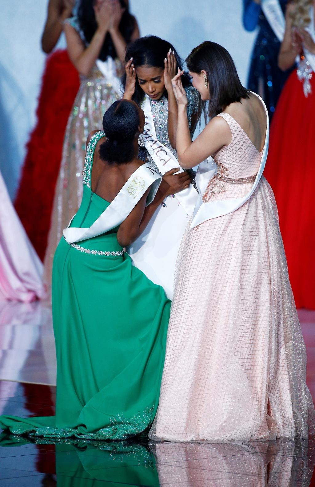 Nguoi dep Jamaica hoang mang khi dang quang Miss World 2019 hinh anh 5 2019-12-14T182144Z_1041494049_RC26VD9XY7MW_RTRMADP_3_BRITAIN-MISSWORLD.JPG