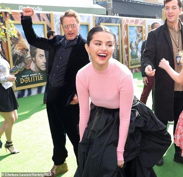 Selena Gomez khoe ve rang ro ben Robert Downey Jr. hinh anh 6 EOCTu2RUEAAzv3a.jpeg