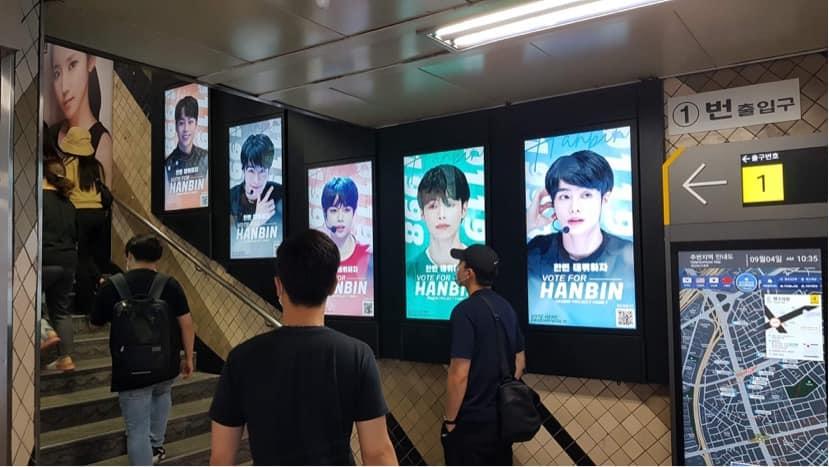 Rất nhiều biển quảng cáo của Han Bin tại các ga tàu điện ngầm chính ở thủ đô Seoul (Hàn Quốc). Nhiều người kỳ vọng giọng ca gốc Yên Bái giành được một suất trong nhóm nhạc