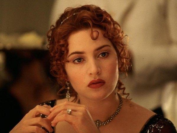 Năm 1997, tên tuổi của Kate Winslet được cả thế giới biết đến với vai Rose trong bộ phim lãng mạn thảm hoạ sử thi Titanic. Dựa trên vụ đắm tàu RMS Titanic nổi tiếng trong lịch sử, bộ phim kể câu chuyện tình buồn dang dở giữa Jack (Leo Dicaprio) – chàng hoạ sĩ không tên tuổi và Rose – cô tiểu thư quyền quý của giới thượng lưu.