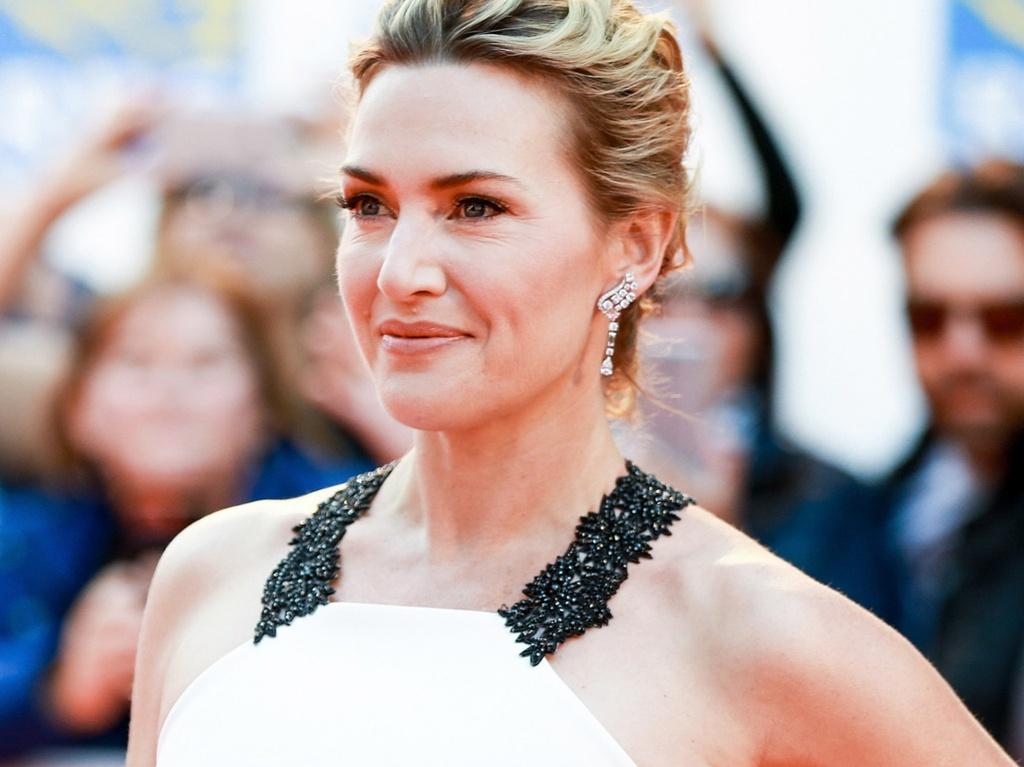 Đã 22 năm trôi qua kể từ khi công chúng biết đến chuyện tình của Jack và Rose trong Titanic, dấu ấn thời gian đã ít nhiều thể hiện trên gương mặt và cơ thể của minh tinh 44 tuổi. Tuy nhiên, những sắc thái nữ tính, mềm mại, quyến rũ vẫn toát ra từ thần thái kiêu hãnh của Kate Winslet như sức hút của một đoá hồng bền bỉ toả hương.