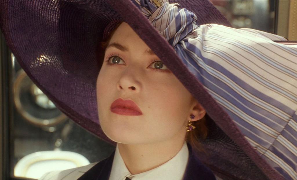 Cho đến nay, khán giả vẫn còn nhớ như in hình ảnh Rose bước ra từ cửa ôtô, khuôn mặt dần hiện lên dưới chiếc mũ rộng vành, để lộ những đường nét đẹp mê hoặc như  tạc nên từ tay nghề của một nghệ nhân hạng nhất. Vẻ đẹp căng tràn tuổi thiếu nữ của Kate Winslet khi đó khiến biết bao con tim phải thổn thức cho đến tận ngày nay.