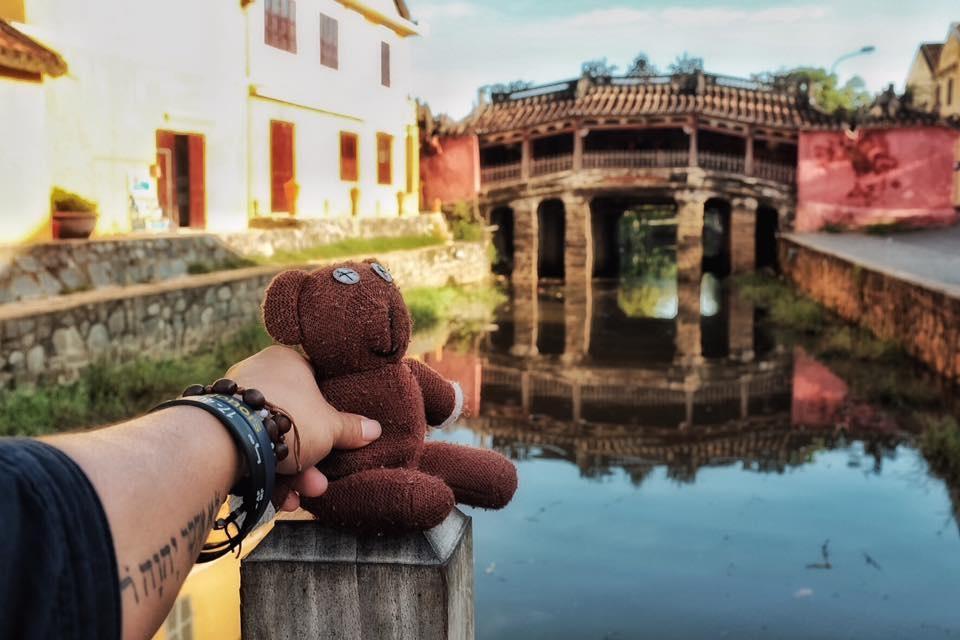 Chang trai dua gau Teddy di xuyen Viet hinh anh 9