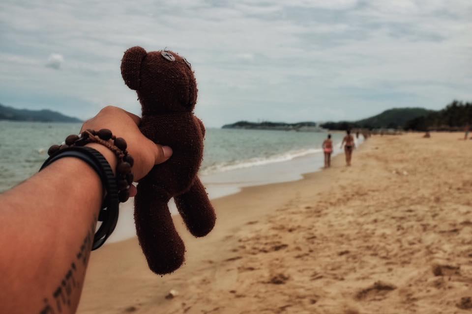 Chang trai dua gau Teddy di xuyen Viet hinh anh 11