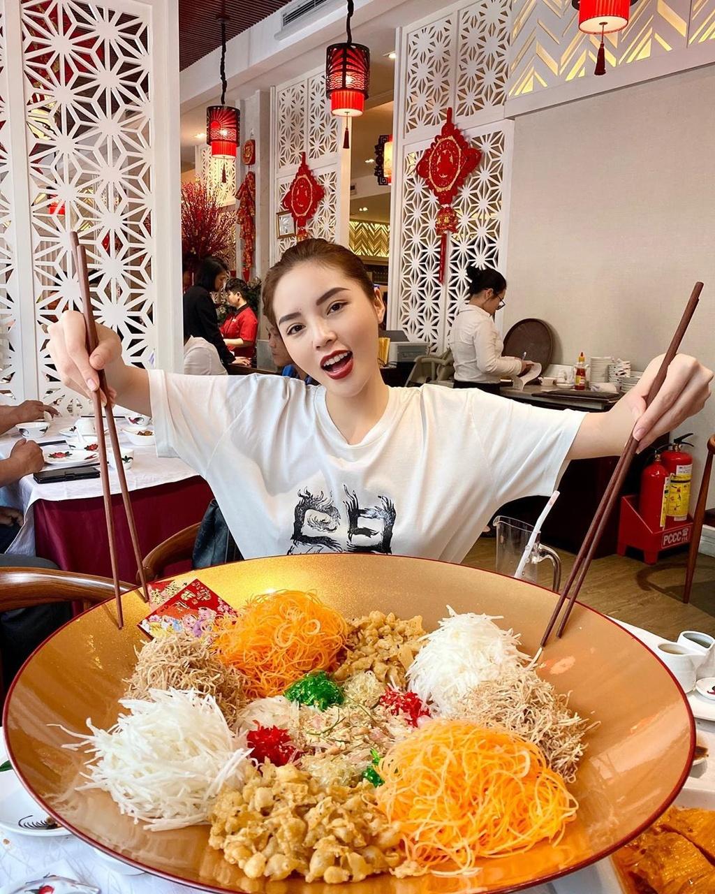 Mon goi ca Yusheng duoc nhieu sao Viet thuong thuc dip dau nam hinh anh 9 82839841_155832759199185_4252107413217979094_n.jpg