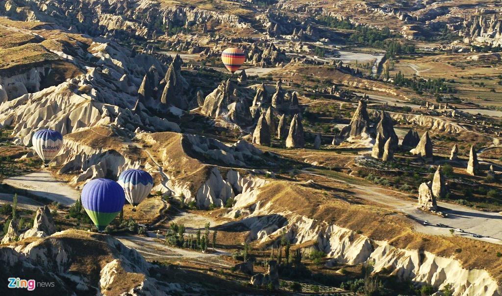 Ky quan thien nhien Cappadocia nhin tu khinh khi cau hinh anh 12 Dưới ánh nắng vàng óng ả cùa mùa thu, hàng trăm khinh khí cầu đầy màu sắc tạo nên bức tranh tuyệt đẹp.