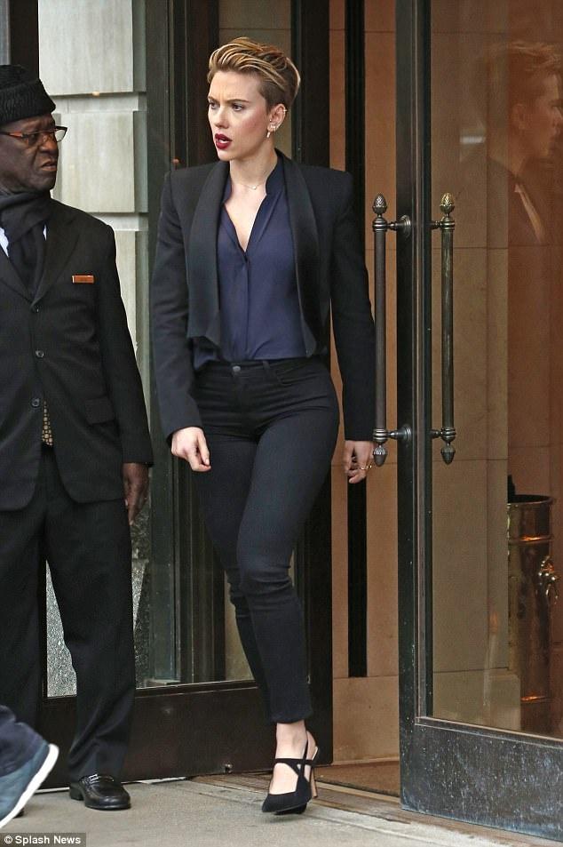 Thoi trang giau nhuoc diem cua my nhan nong bong Scarlett Johansson hinh anh 10