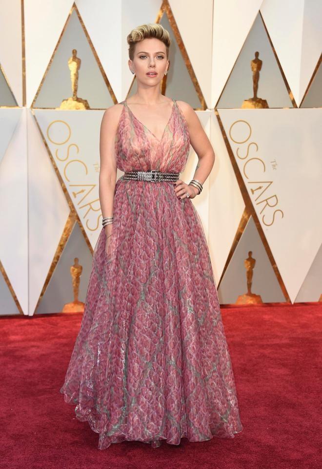Thoi trang giau nhuoc diem cua my nhan nong bong Scarlett Johansson hinh anh 8