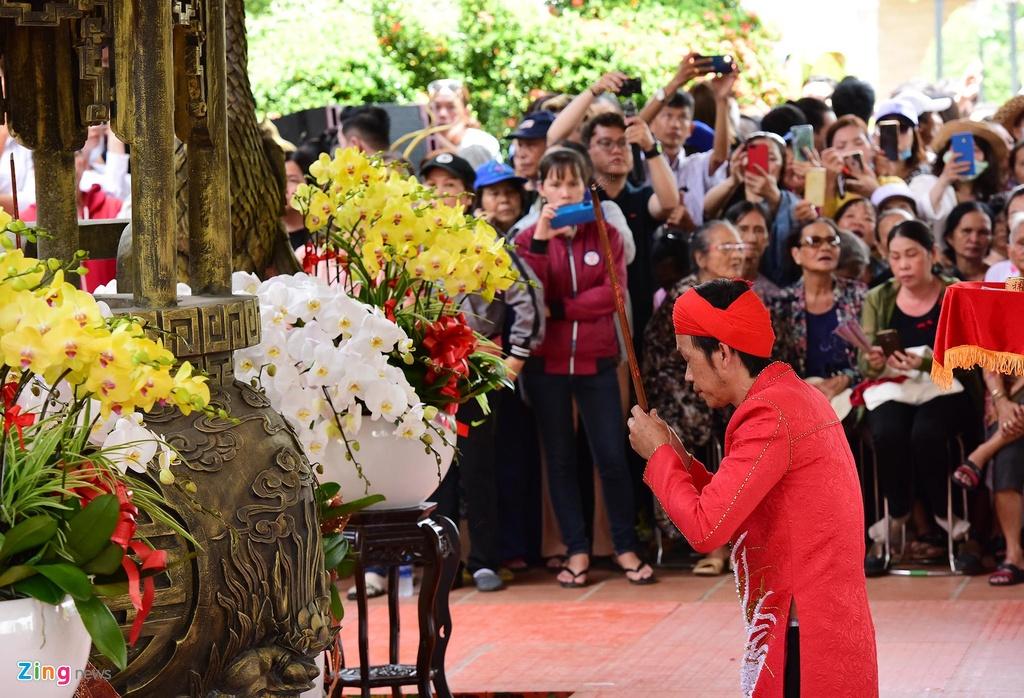 Nghe si Hoai Linh lam le ruoc kieu trong ngay gio To nghe hinh anh 4