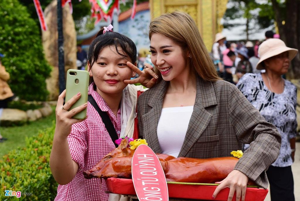 Tran Thanh, Ho Ngoc Ha toi dang huong o nha tho To cua Hoai Linh hinh anh 5