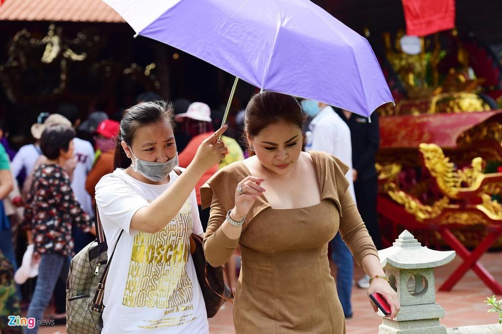 Tran Thanh, Ho Ngoc Ha toi dang huong o nha tho To cua Hoai Linh hinh anh 7