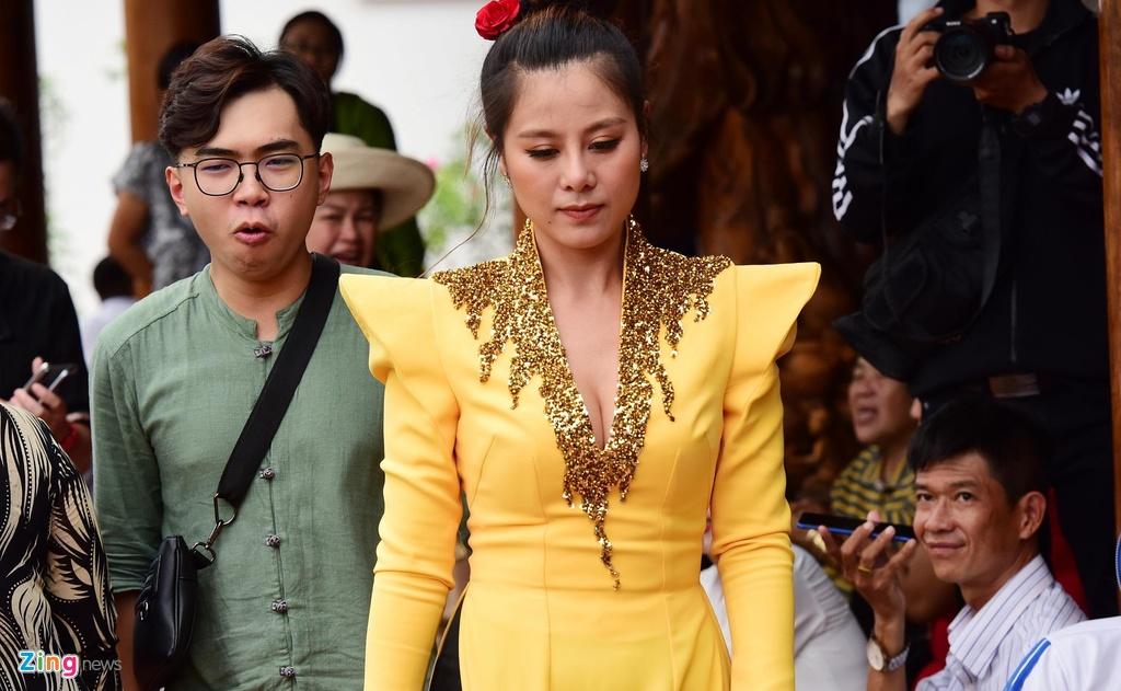 Tran Thanh, Ho Ngoc Ha toi dang huong o nha tho To cua Hoai Linh hinh anh 10
