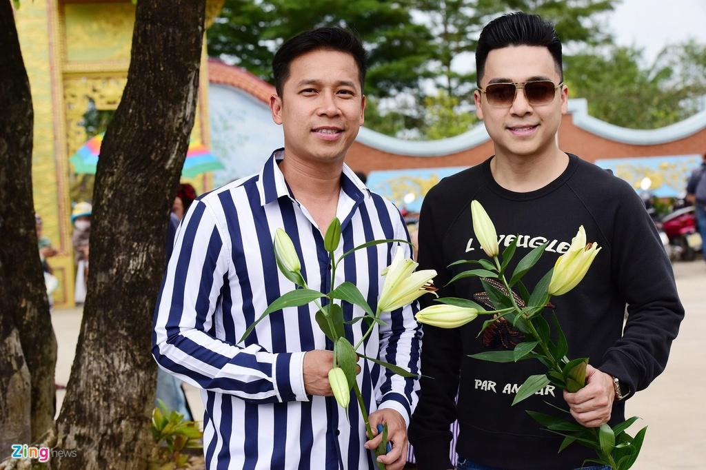 Tran Thanh, Ho Ngoc Ha toi dang huong o nha tho To cua Hoai Linh hinh anh 9