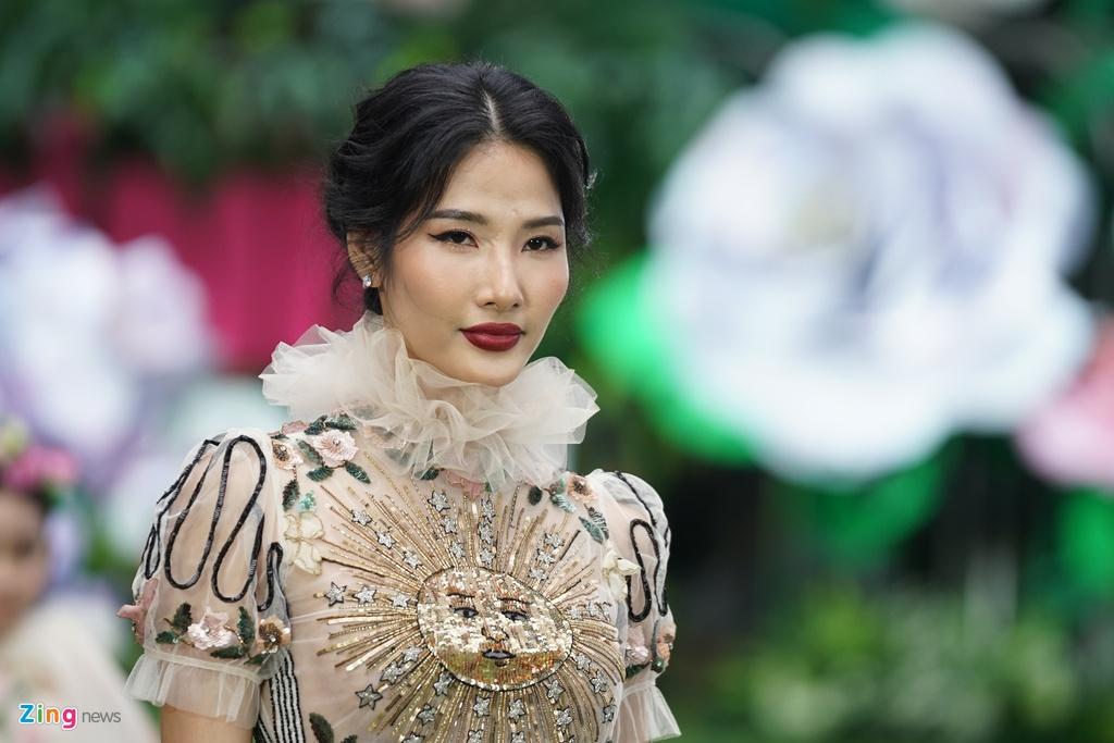Mẫu nhí Việt khóc khi mặc trang phục lá cây ở show thời trang