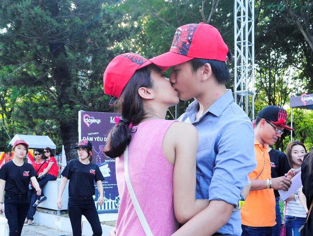 Dong Nhi, Ong Cao Thang hon nhau tren san khau dip Valentine hinh anh 14