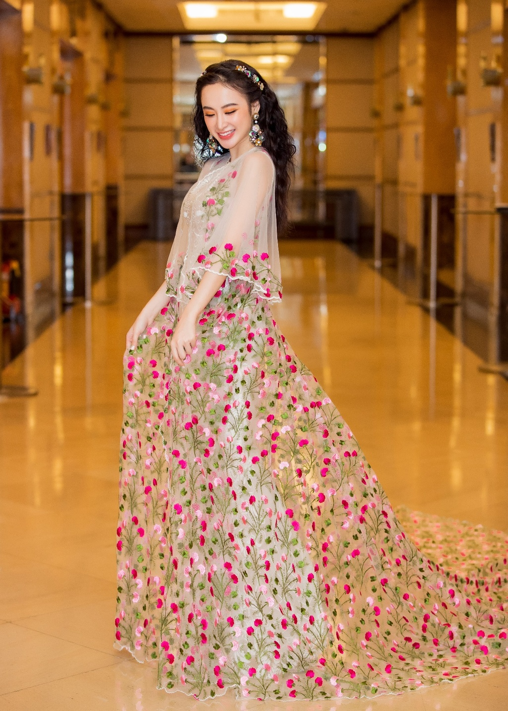 Angela Phuong Trinh hoa cong chua vay hoa, Sam quyen ru trong su kien hinh anh 2