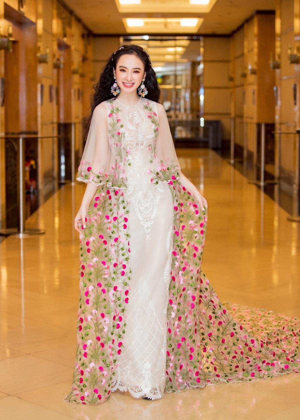 Angela Phuong Trinh hoa cong chua vay hoa, Sam quyen ru trong su kien hinh anh 1