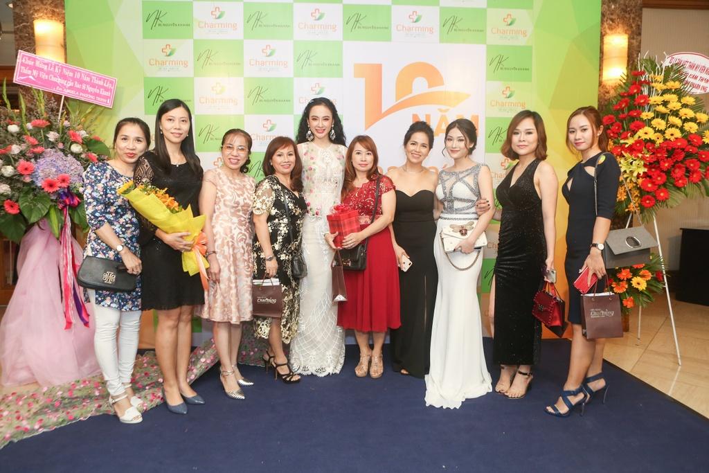 Angela Phuong Trinh hoa cong chua vay hoa, Sam quyen ru trong su kien hinh anh 8