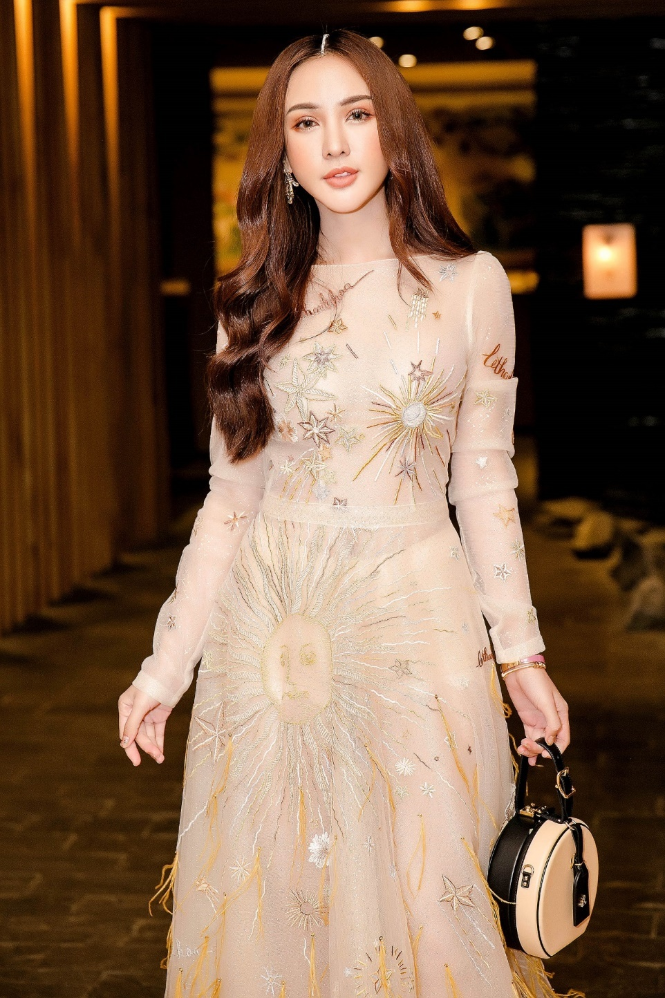 Angela Phuong Trinh hoa cong chua vay hoa, Sam quyen ru trong su kien hinh anh 6