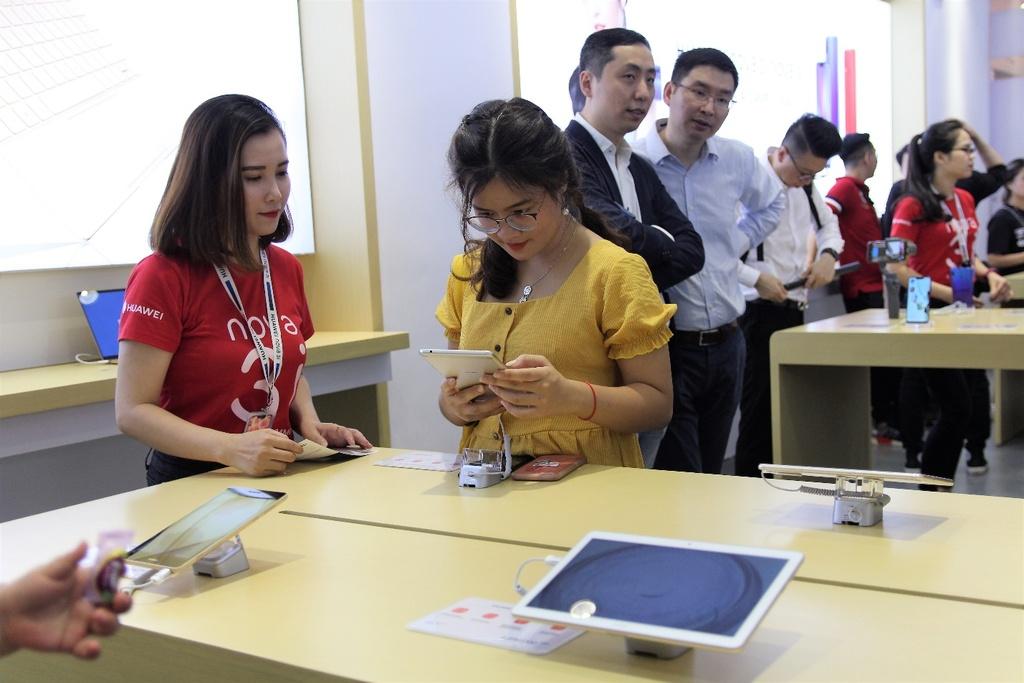 Huawei khai truong cua hang trai nghiem dau tien tai Viet Nam hinh anh 5