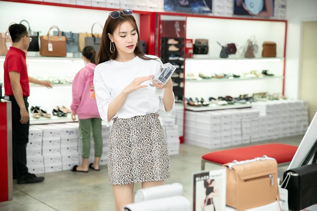 Huong Giang, Ninh Duong Lan Ngoc ru nhau di mua sam ngay Black Friday hinh anh 9