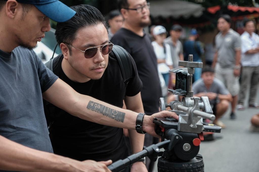 Victor Vu dung 18 smartphone quay phim ngan 'Dem yeu thuong ve don Tet' hinh anh 1